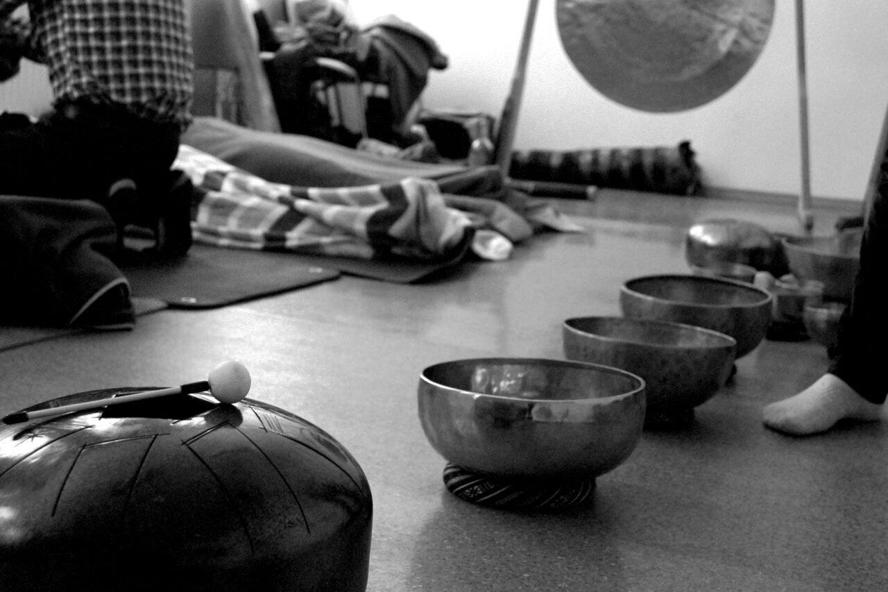 Koncert dźwięków gongów i mis tybetańskich